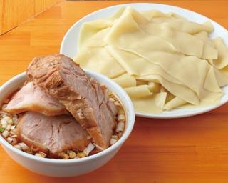 「らぁめんりきどう」の「つけ麺 凄平麺 凄チャーシュー」(1400円)は、もちもち食感の極太麺が特徴。醤油ベースのタレに魚介の風味を効かせたつけ汁との相性も抜群だ