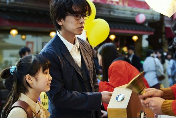 一男(佐藤健)は、商店街のくじ引きで宝くじが当たる