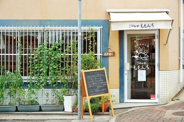 ドアには店主デザインの桃の絵が描かれている/ごはんや ももんち