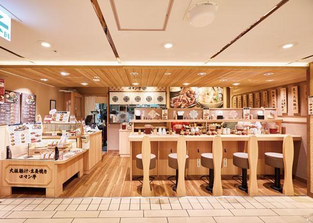 カウンターメインの店内/大坂豚汁・生姜焼き ロマン亭