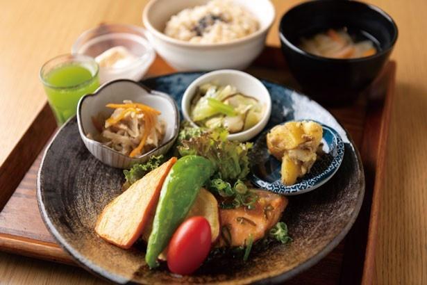 デザートまで食べても約600キロカロリーの39品目の健康定食/玄米&やさい食堂 玄三庵 OAP店