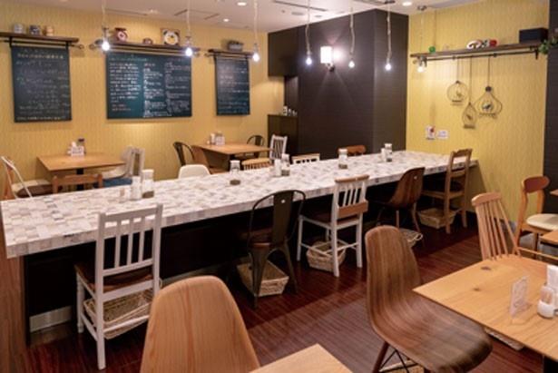 席間も広々していて、一人でもゆったり過ごせる/玄米&やさい食堂 玄三庵 OAP店