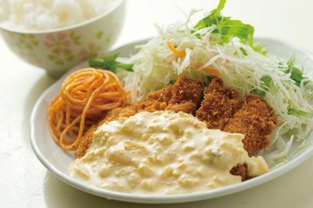 たっぷりのサラダとスパゲティ付きのチキン南蛮(380円)/居酒屋1969