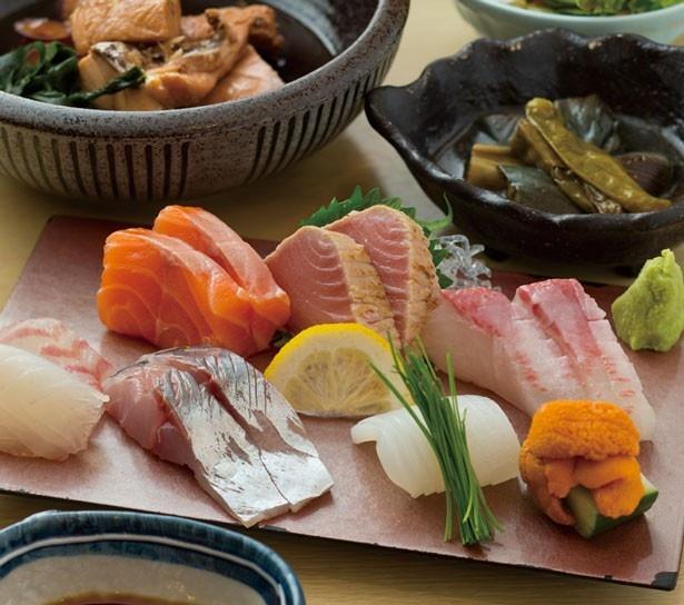 美しく盛り付けられたお造りは約7種!お造り定食ミニ煮魚付き(1000円)/大衆酒場 ジャポニカ