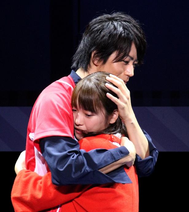 W主演を務める廣瀬智紀と川栄李奈は恋人だった駿と茜を演じる