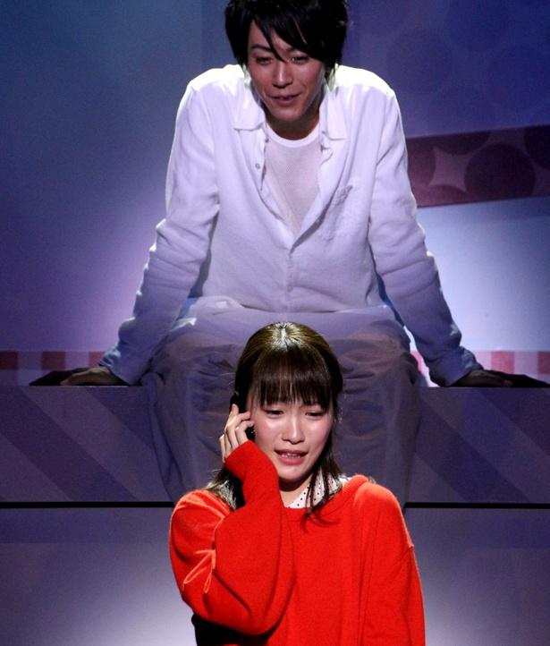ある日、茜(川栄李奈)の古いスマホに、2年前に病死した恋人・駿(廣瀬智紀)から電話がかかってくる