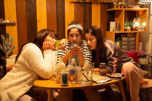 「深夜のダメ恋図鑑」1話では、3人が女子会を開き、ダメ恋エピソードを披露する