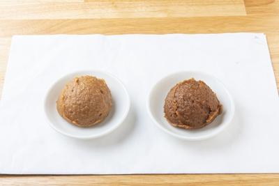 左が大豆を煮出した白味噌。右が蒸して熟成発酵させた赤味噌