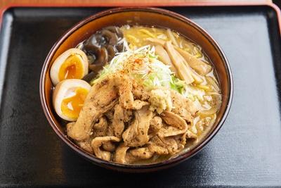 「炙り豚盛り味噌らーめん とろ~味玉入り」(950円)。鶏ガラと香味野菜、昆布などをじっくりと炊きだしたコクの深いスープ