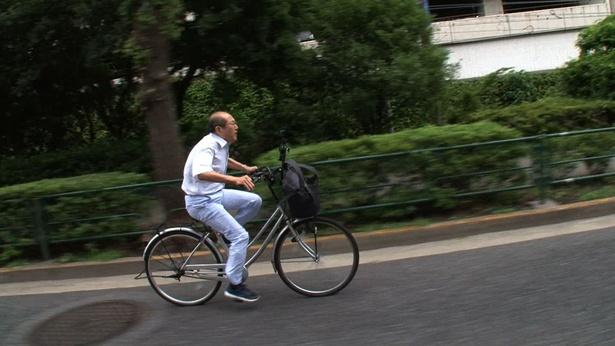 自転車で暴走する桐谷さんの様子