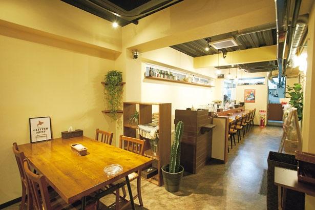 カウンターのほかゆったりしたテーブル席も/札幌スープカレー Glitter