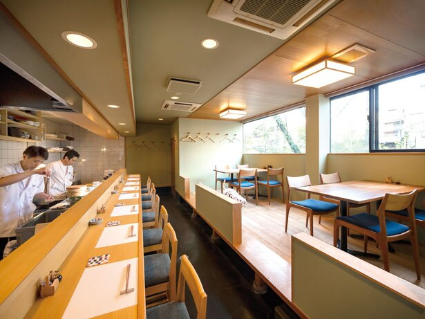 落ち着いた雰囲気の店内。春には窓から、桜を眺めながら食事ができる/すし酒場 平島