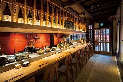 1階のカウンターには、旬の野菜と10種以上のおばんざいが並ぶ/京町家おばんざい こはく