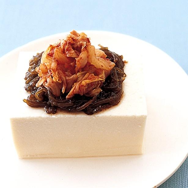 豆腐にもずくとキムチを乗せるだけ!「もずくキムチ冷ややっこ」
