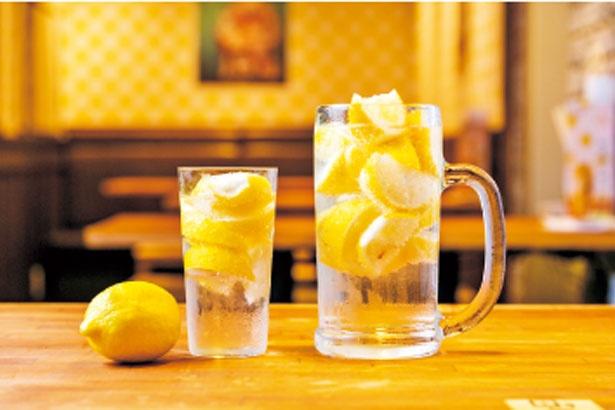 名物レモンサワー(626円、左)、メガレモンサワー(1058円、右)/酒場エビス