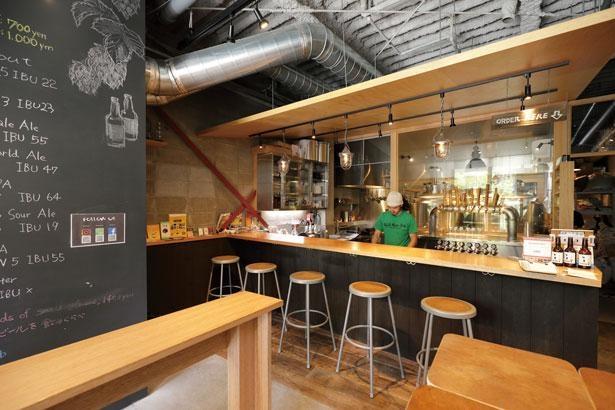 醸造タンクが見えるカウンター席のほか、立ち飲みスペースもあり/京都ビアラボ