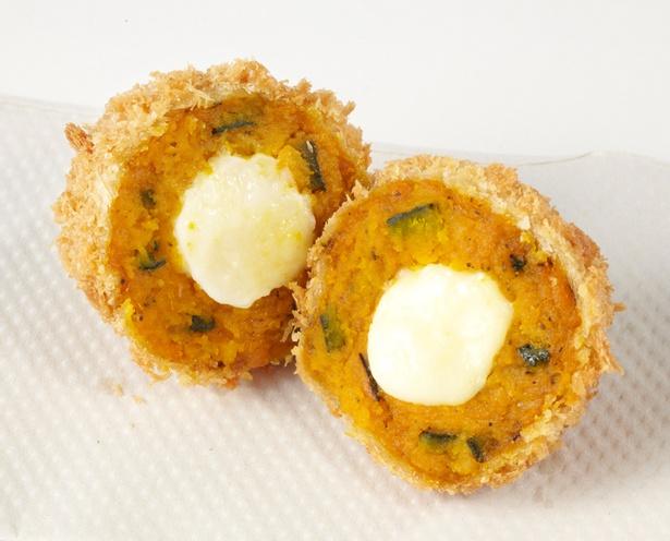 「とんかつ新宿さぼてん」の「栗かぼちゃと3種チーズのコロッケ」
