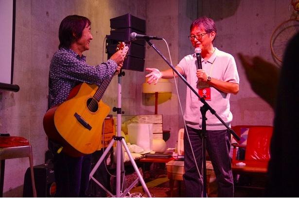 【写真を見る】大滝詠一と山下達郎の関係性をはじめ、多岐にわたるテーマでトークした二人