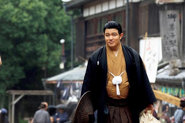 """【写真を見る】鈴木亮平演じる吉之助をはじめキャストの多くは""""散切り頭""""に"""