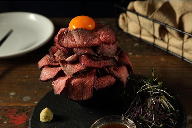 【写真を見る】「肉バル ブッチャーズ八百八」の「ざぶ丼」(980円)。肉好きにはたまらない、夢の丼