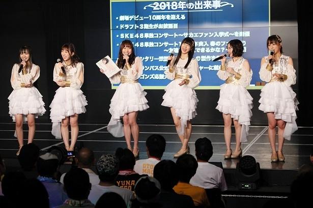 自身の写真集を手にトークを繰り広げる須田亜香里(左から3番目)