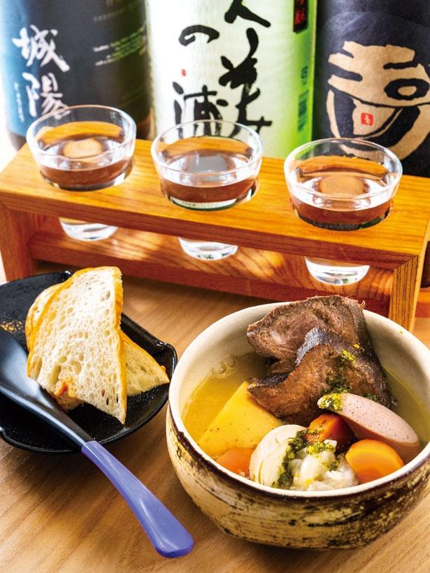 牛TANNI(大、1058円、手前)、京の地酒三種盛り(1058円、奥)/京都立呑 きよきよ