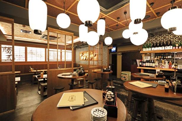 天井からつり下げられた提灯など、和テイストが随所に感じられる店内/酒と肉天ぷら 勝天-KYOTO GATTEN-