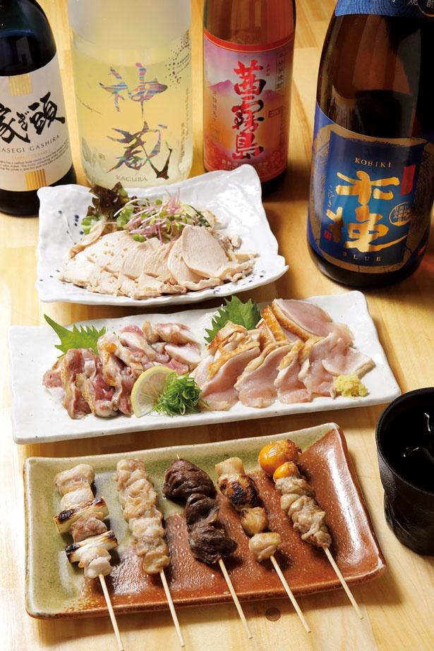 おまかせ串焼き5種盛り(626円、手前)、地頭鶏のタタキ盛り合わせ(1382円、中)/鶏居酒屋ごんじろ