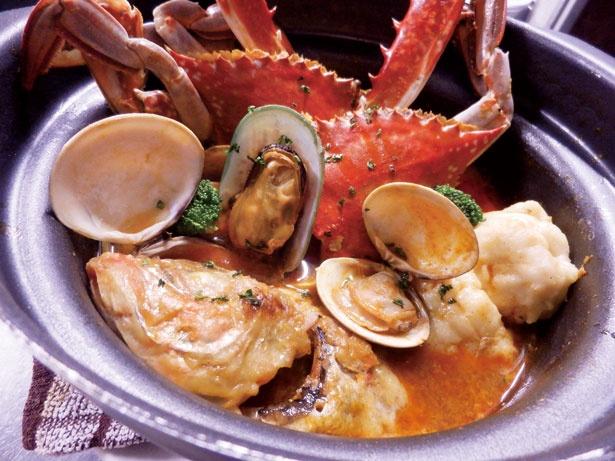 土鍋でブイヤベース(2001円)。マルセイユの伝統的調理法をもとに、数種の魚と野菜を3日間煮込んだスープ/ワイン&シャンパン 358