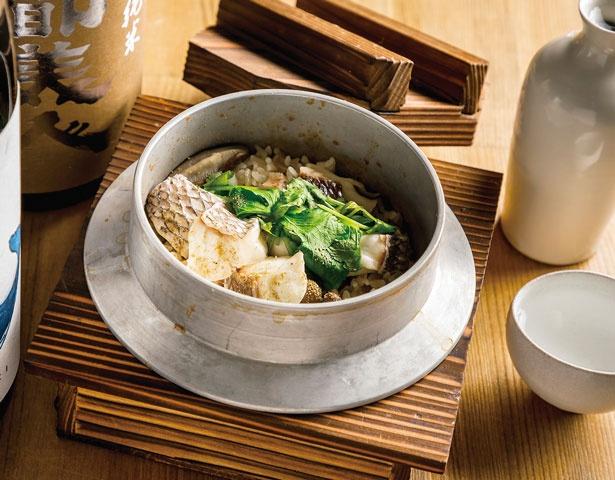 2人前ある釜飯(鯛、918円)は、実山椒がアクセントに。全国から季節ごとに選りすぐった地酒(540円~)との相性も抜群/おでんと釜飯 ムロ
