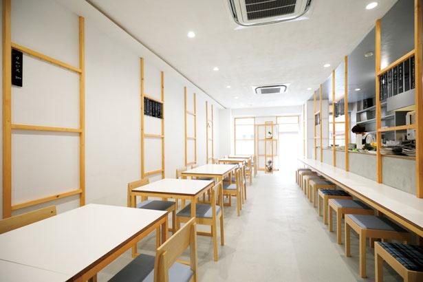 シンプルですっきりとした店内は落ち着いた雰囲気ながら、随所に遊び心も感じられる/食堂・弁当・酒 エソラ