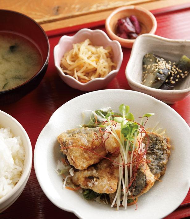 小鉢2品、漬物、ご飯、スープが付く「サバの竜田揚げ定食 おろしポン酢(ふつう)」(730円)。多め(800円)もあり。/定食屋soto