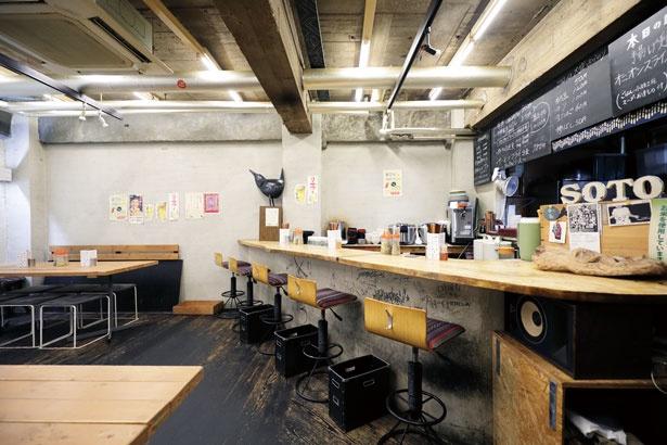 コンクリートの壁や高い天井を生かした店内/定食屋soto