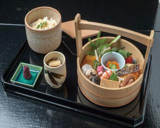約18品の料理が楽しめる手をけ弁当(3240円、サービス料別)/六盛