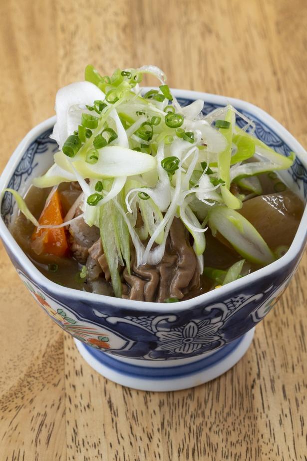 馬肉、ニンジンなどを味噌でじっくり煮込んだ「馬もつ煮込み」(500円)は甘辛い味わいで酒が進む
