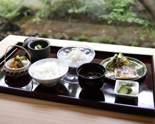 八寸、刺身、焼き物など、京都産や京丹波産の旬の食材を使った料理が並ぶ京ノ奥定食 (3500円)/和バル OKU