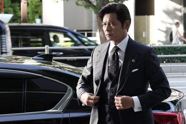 織田裕二が演じるのは勝利に執着するやり手弁護士・甲斐正午(かいしょうご)。企業合併など金になる仕事を担当、大貴(中島裕翔)を経歴詐称させ、自身の部下にする