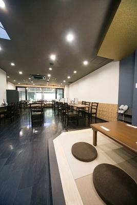 店内にはカウンター、テーブル、座敷があり/佰食屋肉寿司専科