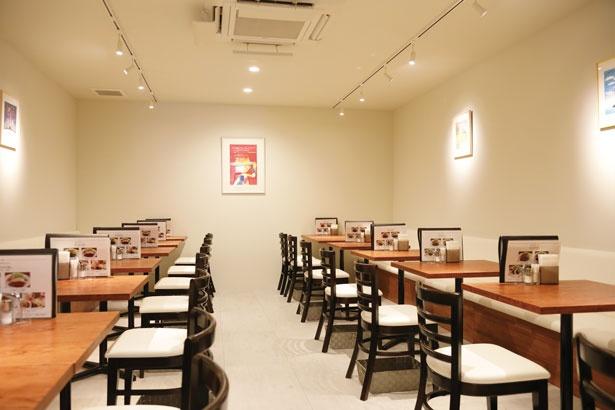 テーブル席のほか、カウンター席もあり。幅広い世代に人気/手づくりハンバーグの店  とくら 京都三条店