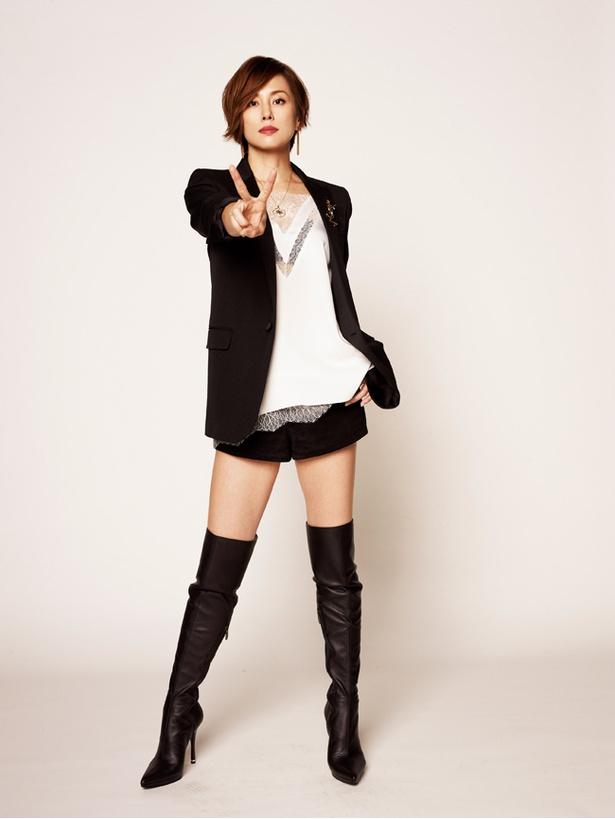 【写真を見る】美脚が素晴らしい、米倉涼子のホットパンツスタイル!「リーガルV―」
