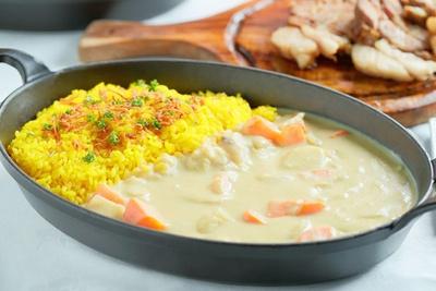 【写真を見る】日本各エリアの料理長が協力したレシピで作るメニューを提供!北海道エリアの「北海道野菜のごろごろホワイトカレー」