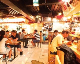 テーブル席のほかカウンター席もあり、女性でも入りやすい雰囲気/錦 街の灯り商店街
