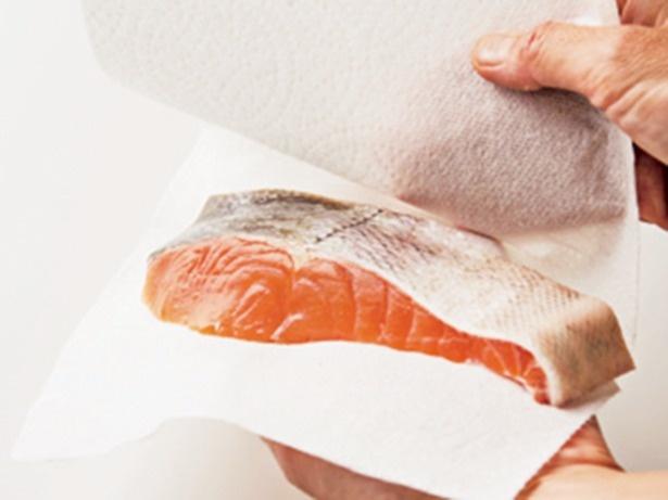 臭み取りの酒は必要ありません。鮭の表面をさっと拭くだけで充分。