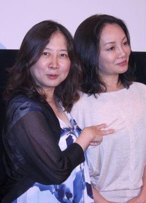 【写真】西原理恵子と岩井志麻子が変なポーズで「ハイ、チーズ」!