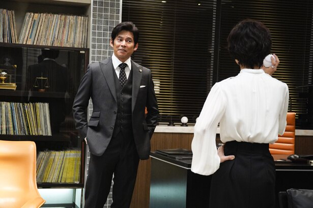 織田裕二が着るスーツの襟が衣装のポイント