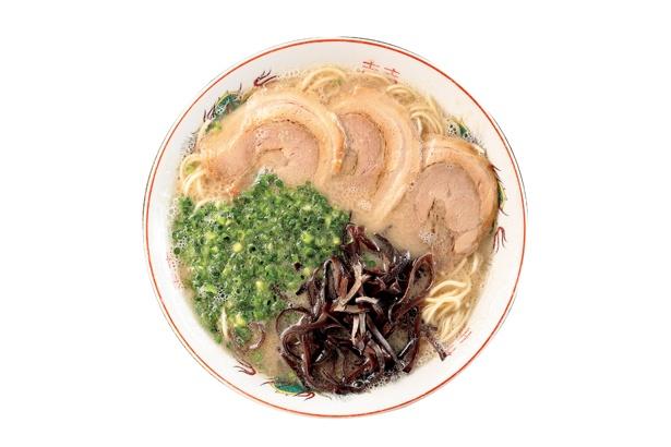 【写真を見る】「博多一丁」の「ラーメン」(650円)は、3日間かけて豚のコクと甘味を存分に引き出したスープを使用する