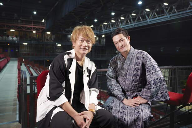 「松竹大歌舞伎」の劇場を訪れ、中村獅童(右)と再会した香取慎吾(左)