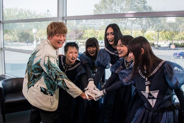【写真を見る】一体何者…!? 東京ゲゲゲイとトークで盛り上がる香取慎吾
