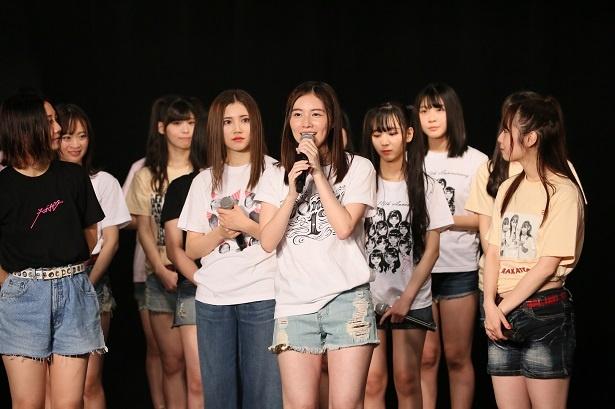 【写真を見る】アンコールでファンやメンバーへの感謝を語る松井珠理奈(中央)