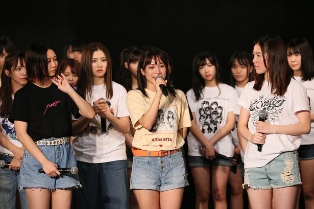涙を流しながら最後のコメントをする斉藤真木子(中央)
